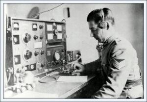 Foto en blanco y negro de un hombre trabajando en el telegrafo